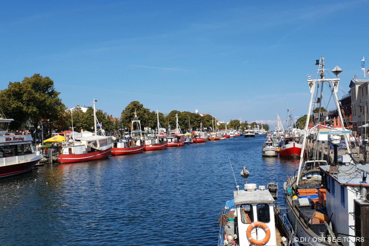 Alter Strom mit Fischerbooten